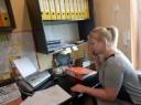 """Uczestniczka projektu """"Równi na rynku pracy"""" podczas stażu zawodowego w biurze"""